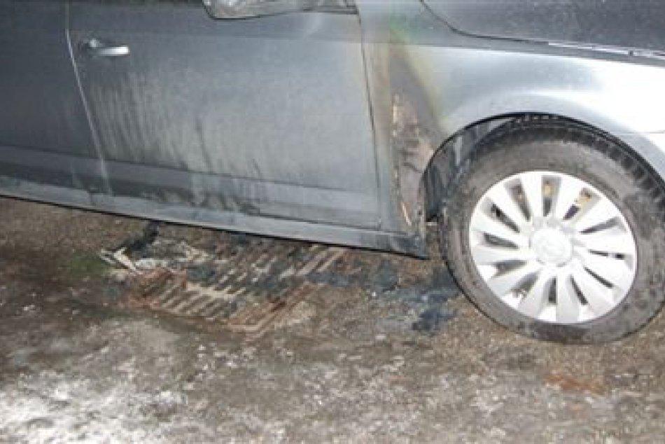 Zaparkované auto sa stalo terčom podpaľača