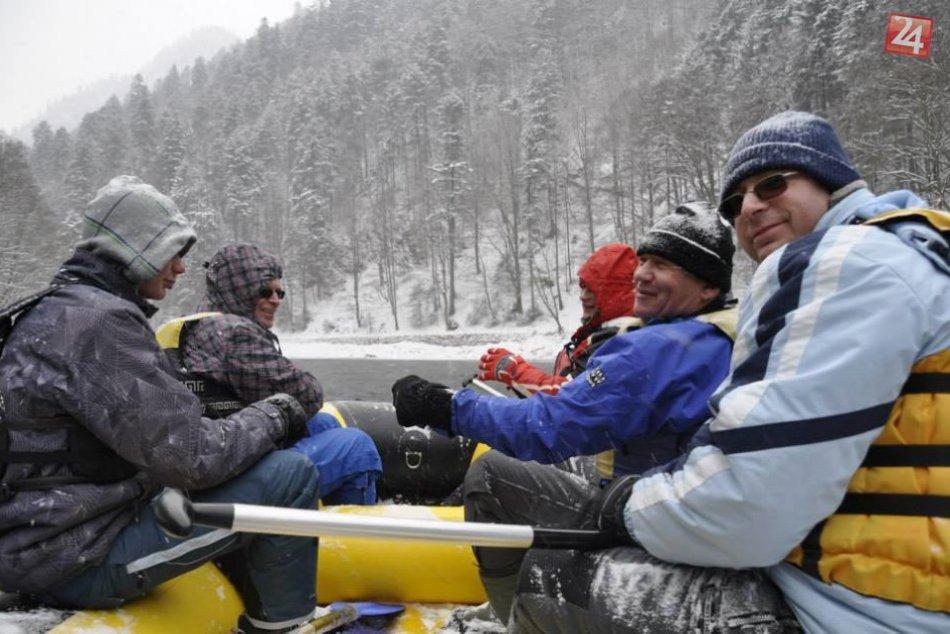 Zimná zábava v obrazoch: Vodáci zdolali studený Dunajec