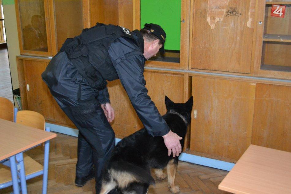 Policajti hľadali v školách drogy. Pes označil podozrivú bundu