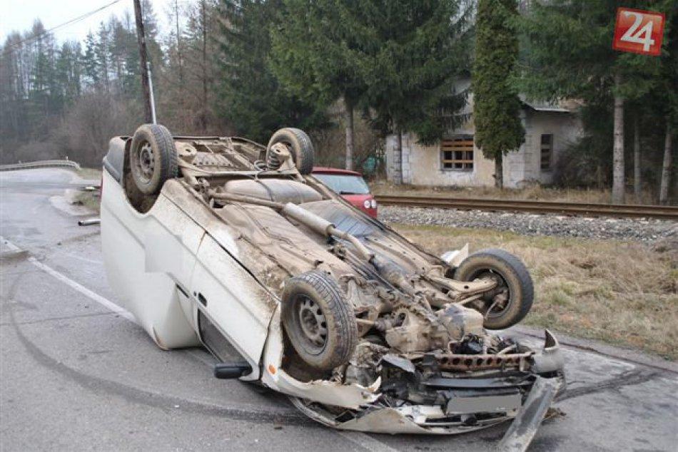 Vodič narazil do stĺpa a s autom sa prevrátil na strechu!