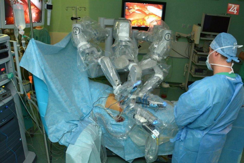 Unikátny zákrok v bystrickej nemocnici: Pri odbere obličky lekárom asistoval rob