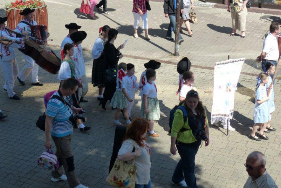 Folklórna sobota na popradskom námestí: Krojované bábiky - vystúpenia súborov