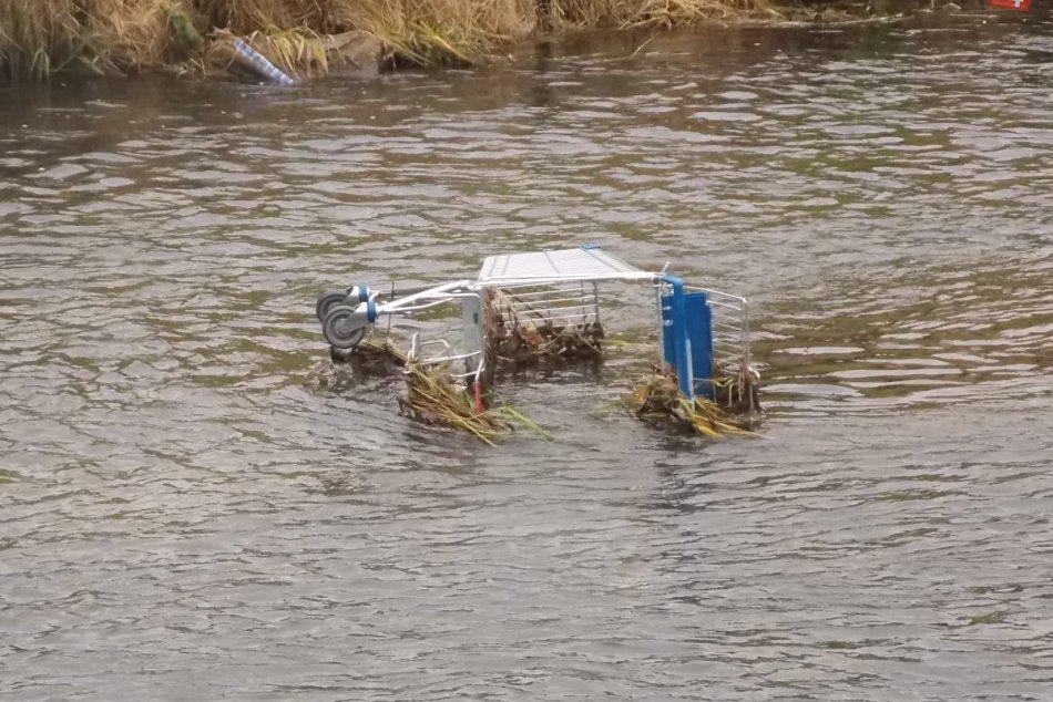 Nákupný vozík v rieke Hornád