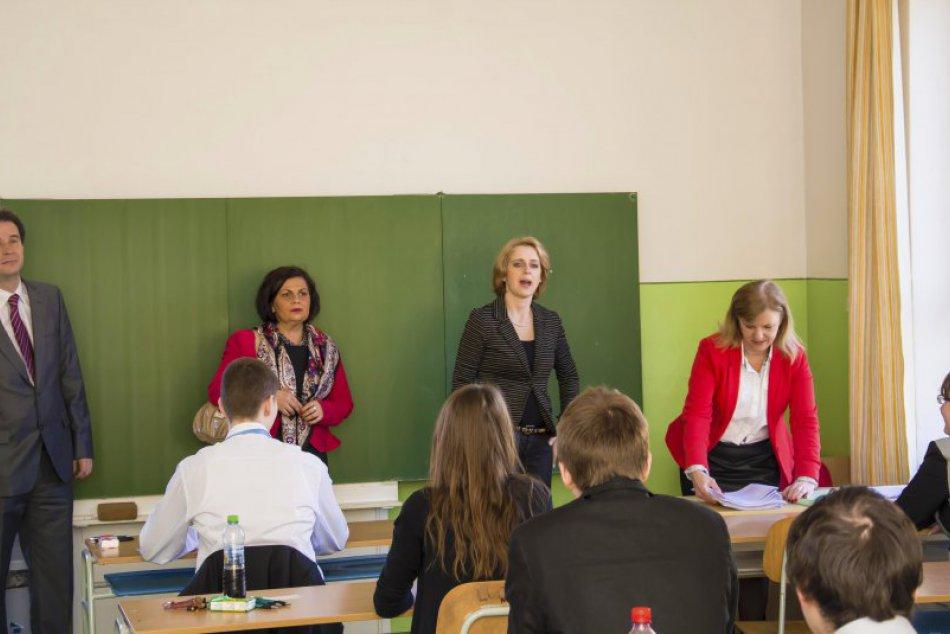 Študentov bilingválneho gymnázia čakali nevšedné maturity