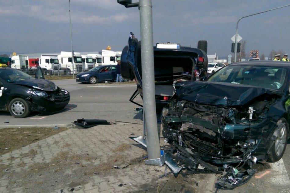 Vážna dopravná nehoda na Západe: Toyota skončila na streche