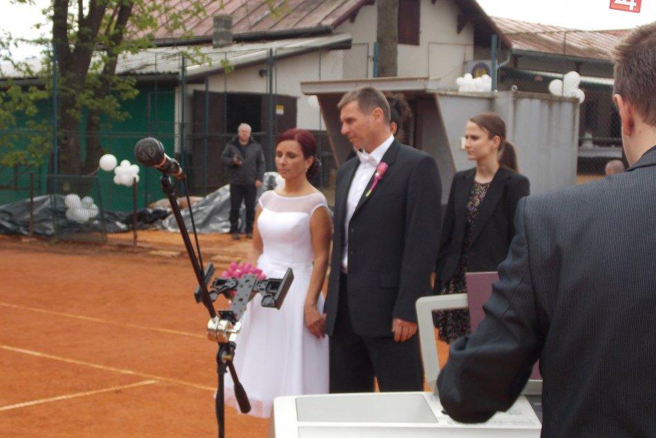 Svadobná kuriozita v Spišskej: Sobáš prebehol na kurtoch FOTO