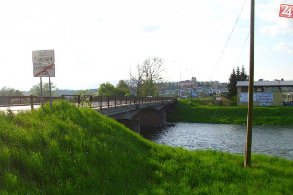 Most cez Hron by si už na prvý pohľad zaslúžil opravu