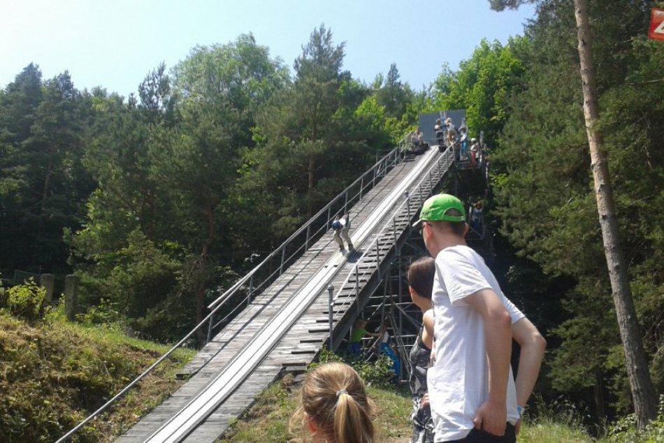 FOTO: V Bystrici sa predviedli skokani na lyžiach