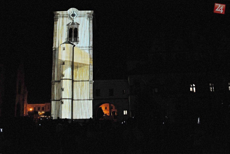 Počas noci menila veža na historickej radnici svoju podobu