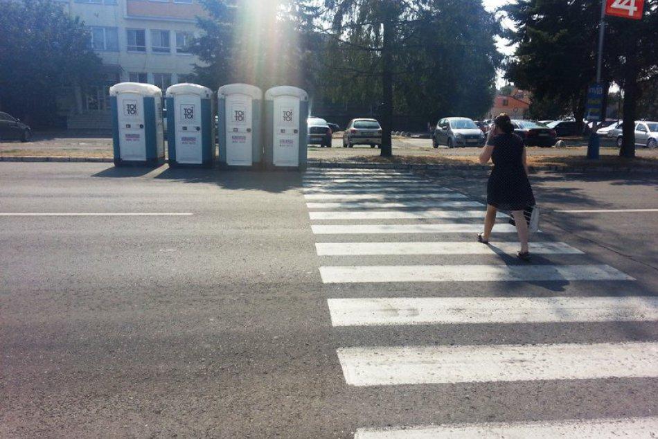 Keď michalovských chodcov prekvapili toalety na ceste