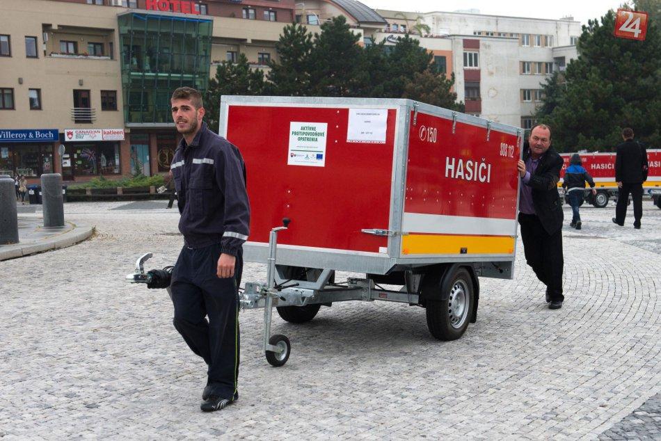 Dobrovoľní hasiči majú dôvod na radosť: Prevzali si nové protipovodňové vozíky