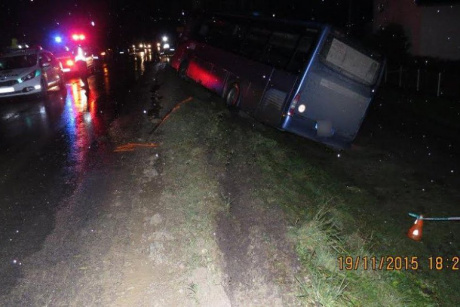 Nehoda v obrazoch: Neďaleko Žiliny havaroval autobus