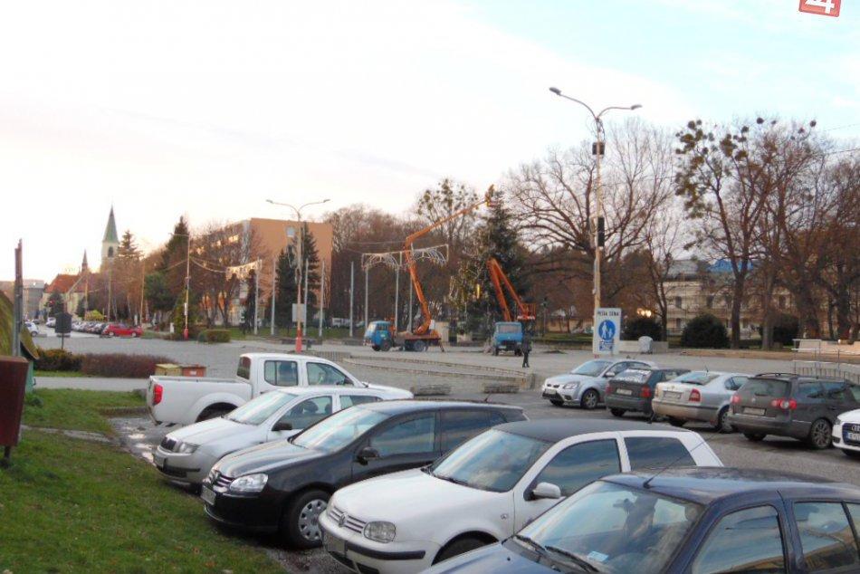 OBRAZOM: Na Námestí slobody v Humennom už stojí vianočný stromček