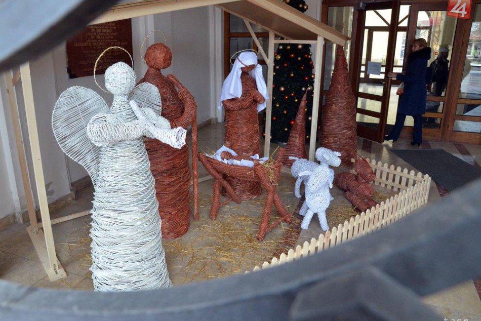 Vianočný betlehem z papierového pedigu v Michalovciach