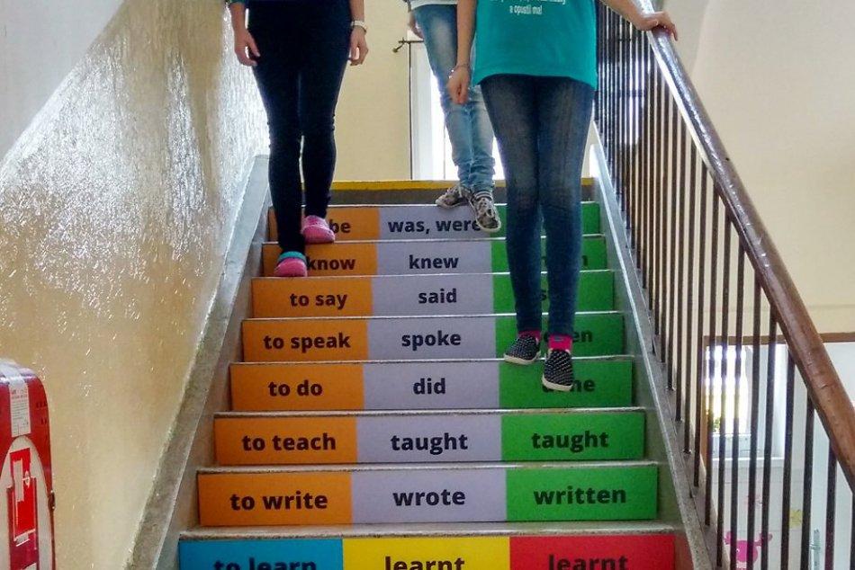 Riaditeľ školy v našom okrese dostal parádny nápad:Tieto schody sa stali hitom!