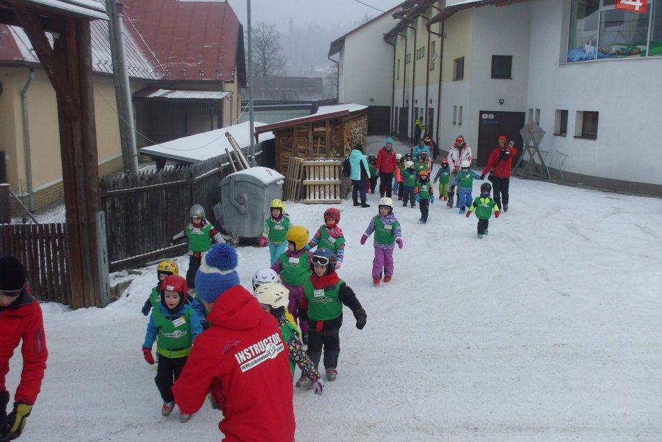 Takto si užívali škôlkári v prvý deň lyžiarskeho výcviku