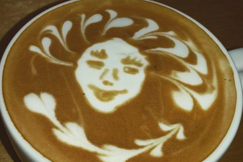 Šikovné ruky prešovského baristu: Takto parádne Viktor kreslí do kávy