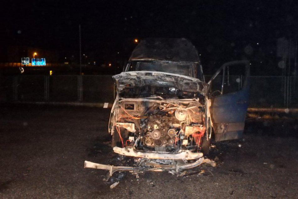 Požiar dodávky v Žiline: Hasiči mali rušnú noc na Dolných Rudinách