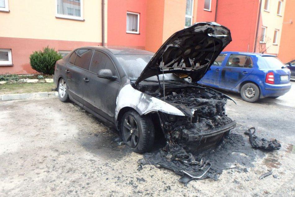 V Žiline zasahovali hasiči kvôli požiaru auta