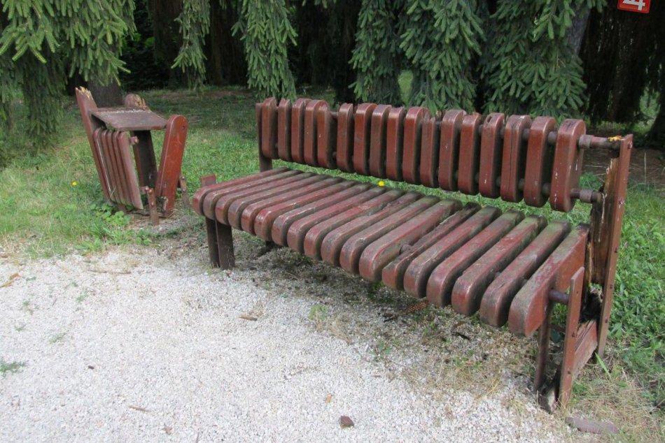 Žalostný stav lavičiek v pietnom parku v Zlatých Moravciach