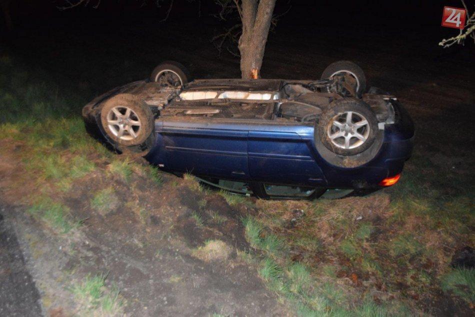 Zábery z miesta nehody: Auto skončilo na streche a v strome