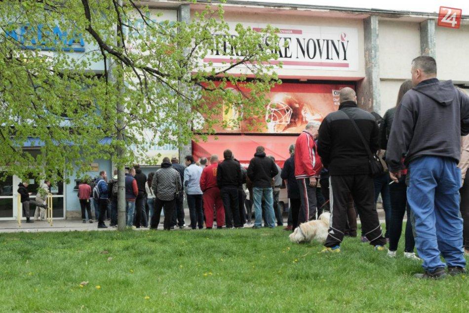 Hokejový ošiaľ v Nitre, FOTO: Dlhé rady na lístky vytvárajú fanúšikovia už od rá