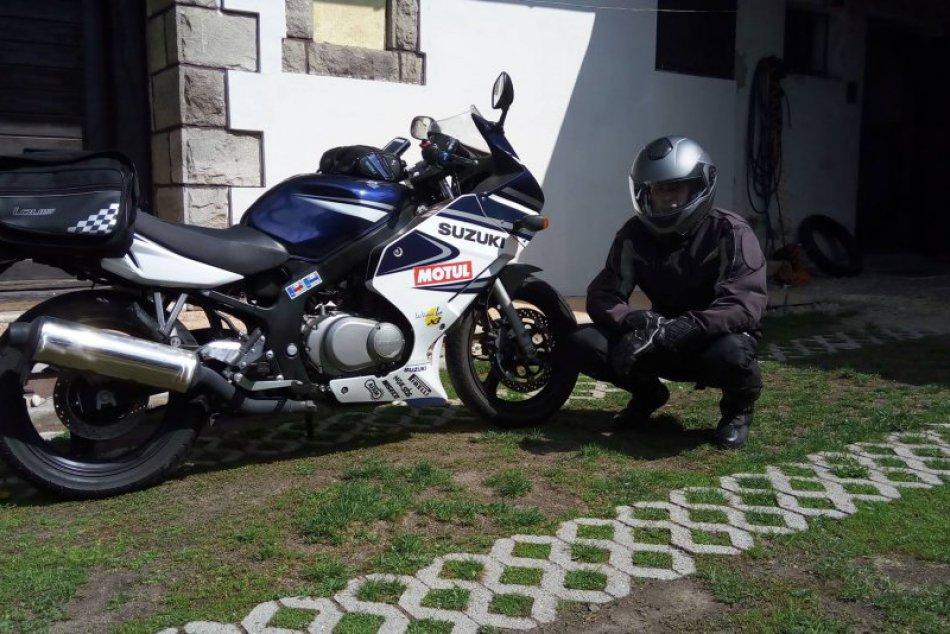 FOTO: Mladý motorkár so svojou moto láskou