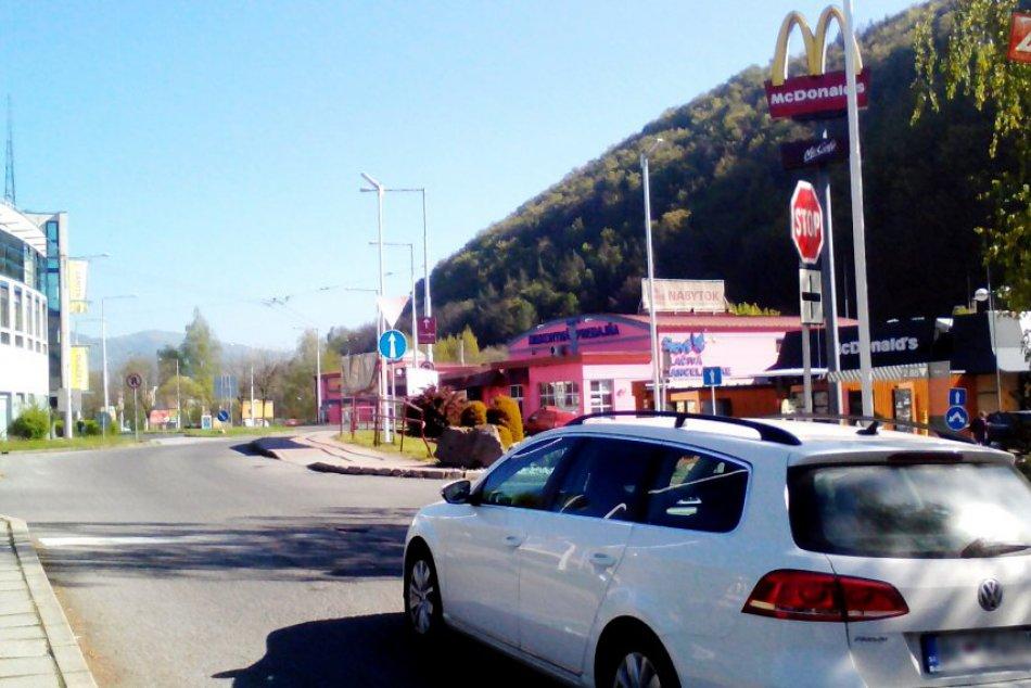 FOTO: Križovatka v Radvani dá šoférom zabrať