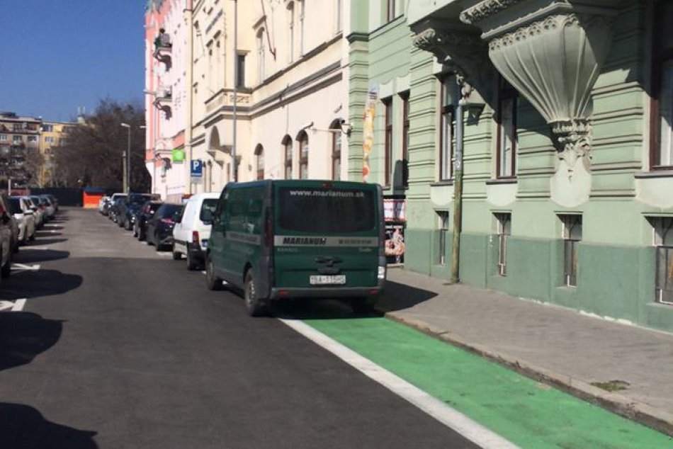 Na bicykli po Bratislave? Niektorí motoristi cyklotrasy ignorujú