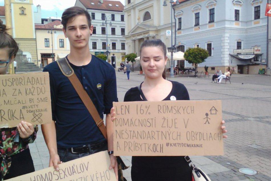 FOTO: Mladí aktivisti protestujú pred Úradom BBSK