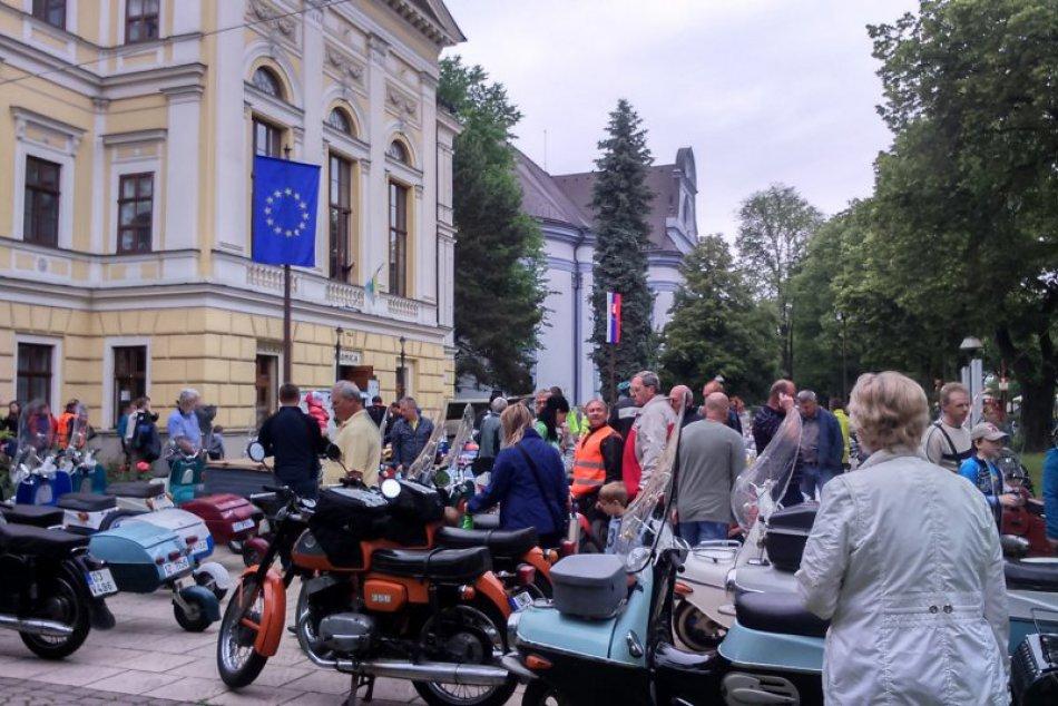 Pred mestskou radnicou zaparkovali historické skútre