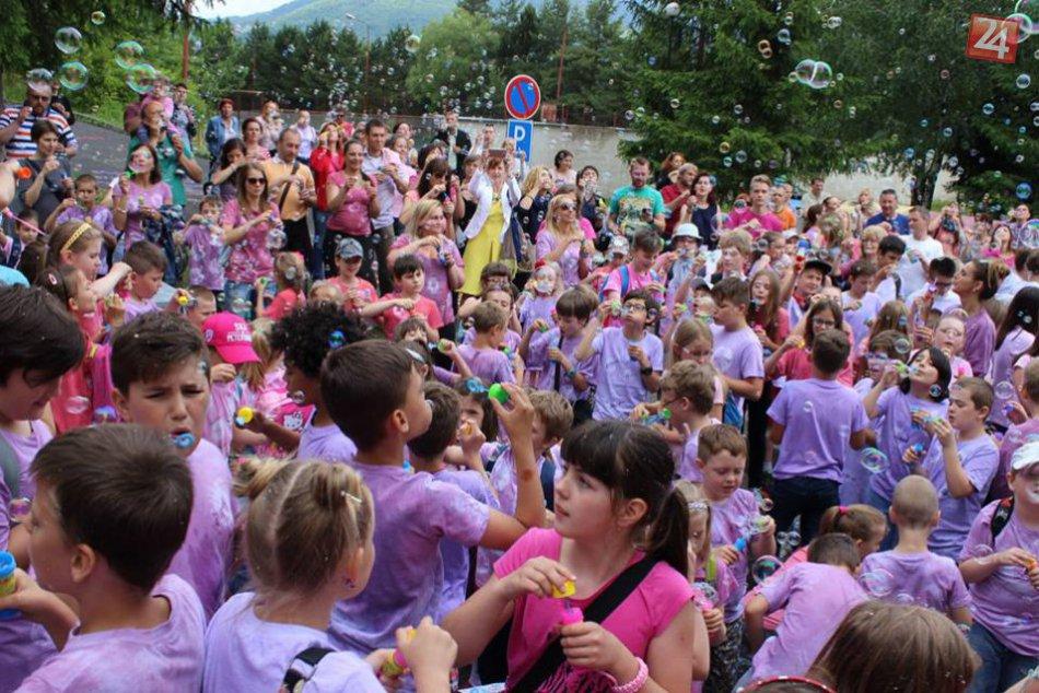FOTO: Krst bublinkami bystrickej školy priniesol nový rekord