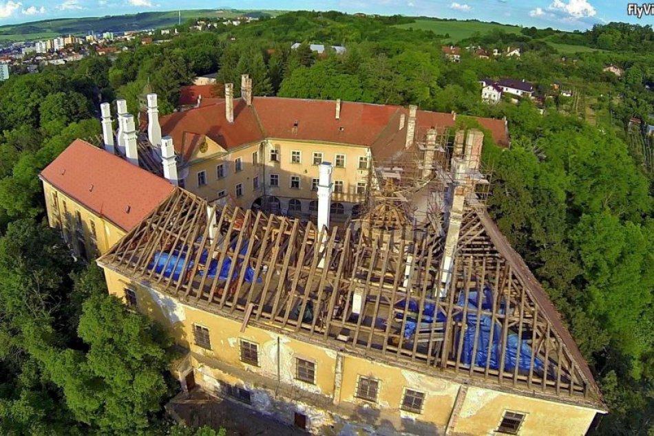 Zábery rekonštruckcie strechy zámku v Hlohovci z vtáčej perspektívy
