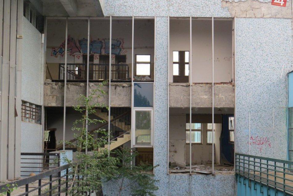 Fotky z centra Michaloviec: Kedysi vychytený obchoďák, dnes chátrajúci objekt
