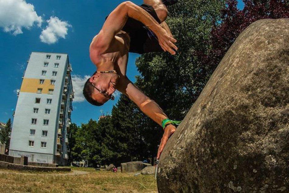 FOTO: Jakub vedie akrobatickú skupinu, prináša príbehy Bystričanov