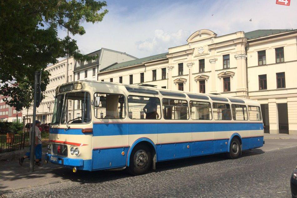 Nádherné retro autobusy priamo na námestí