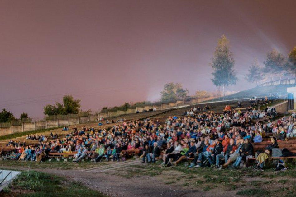 Letné kino na amfíku opäť láka programom