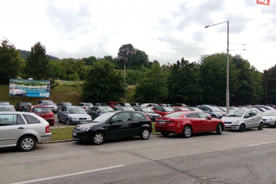FOTO: Večný problém s parkovaním na vybraných miestach Bystrice