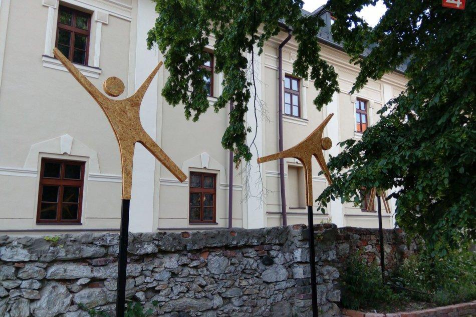 FOTO: Drevený panáčik ako výzdoba múru