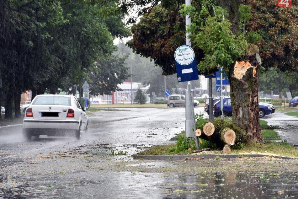 Na Michalovce udrelo divoké počasie: Následky búrky v obrazoch