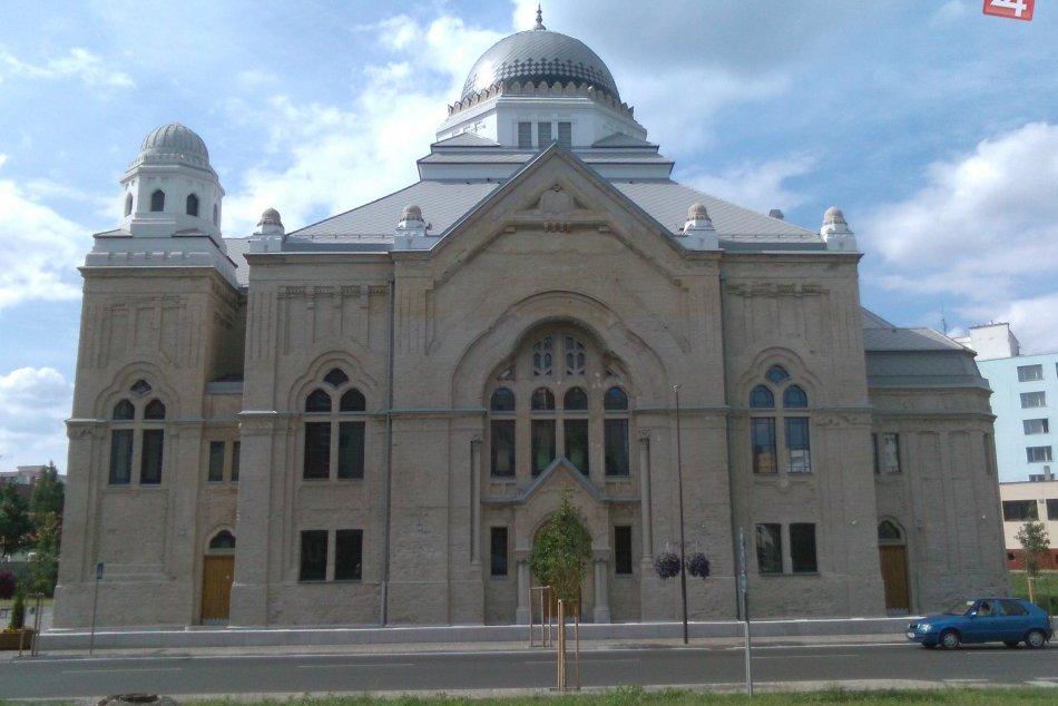 Medzi najvyššie budovy Lučenca možno zaradiť dva mrakodrapy, kostol aj synagógu