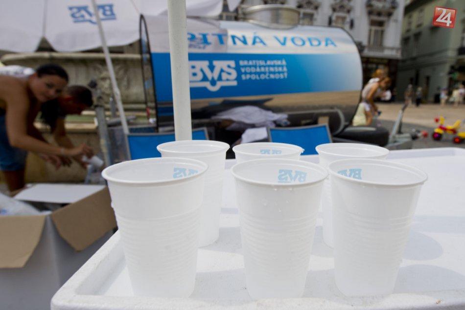Cisterny s pitnou vodou v meste