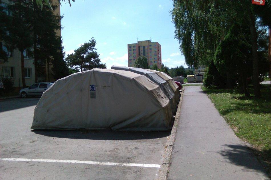 FOTO: Prenosné garáže v uliciach Lučenca
