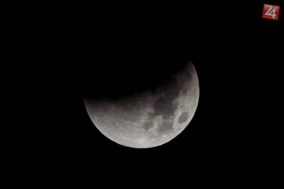 """Polovica Mesiaca v piatok """"zmizne"""". Napadol ho nebeský jaguár?"""