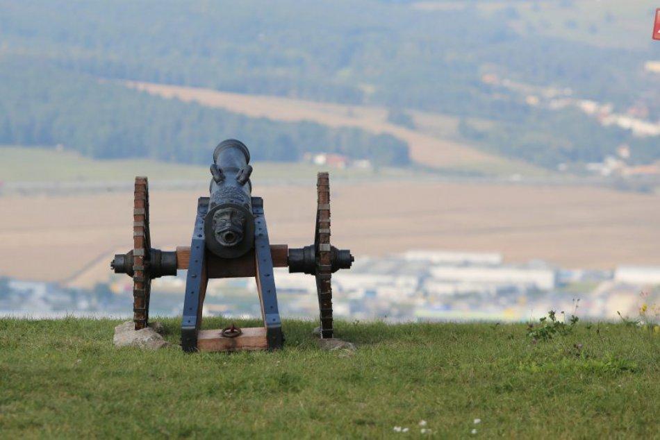 V OBRAZOCH: Repliky dobových zbraní na Pustom hrade