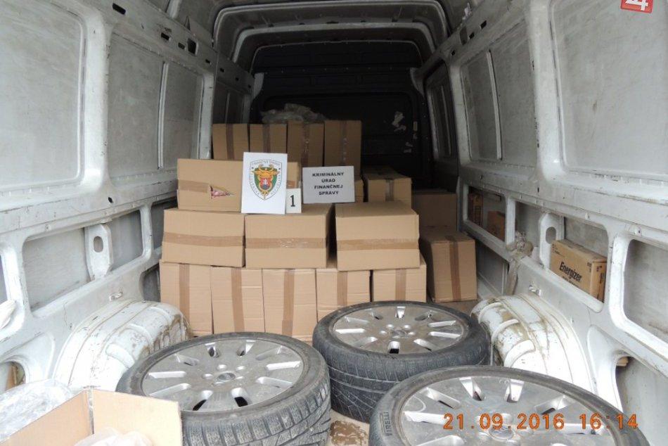 OBRAZOM: Hlohovčanovi v aute objavili 400 000 nelegálnych cigariet