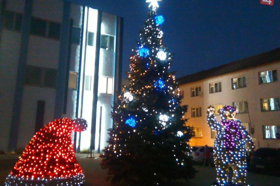 V OBRAZOCH: Predvianočná nálada v uliciach večerného Lučenca