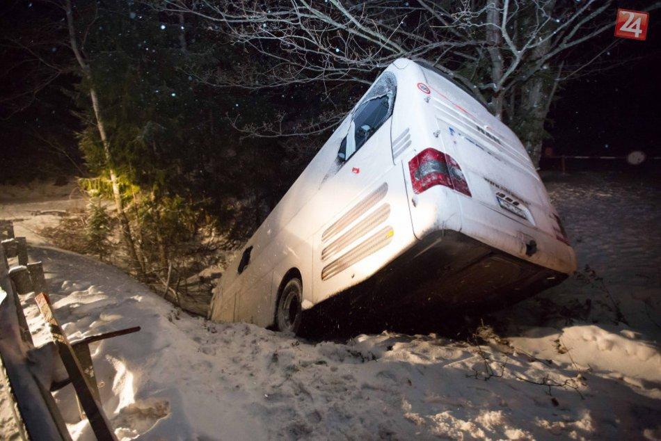 V OBRAZOCH: Vážna nehoda autobusu na Čertovici