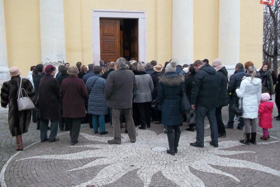 Mestom sa niesli spevy a sviatočné melódie: Kostol praskal vo švíkoch