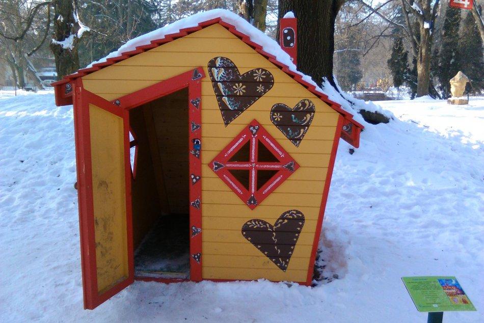 V OBRAZOCH: Rozprávkovú chalúpku v Mestskom parku si vzali na mušku vandali
